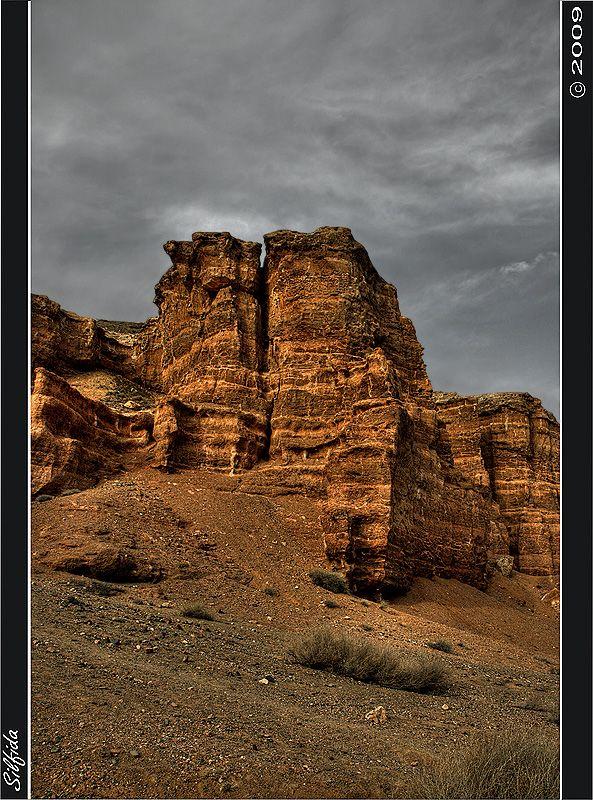Песчаные скалы в каньоне под воздействием ветра и осадков приобретают самые причудливые формы