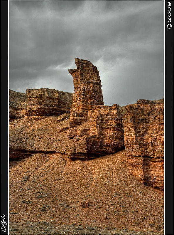 Надо сказать, что скалы в каньоне не долговечны, видны сильные обрушения, но на месте рухнувших замысловатых фигур появляются новые.