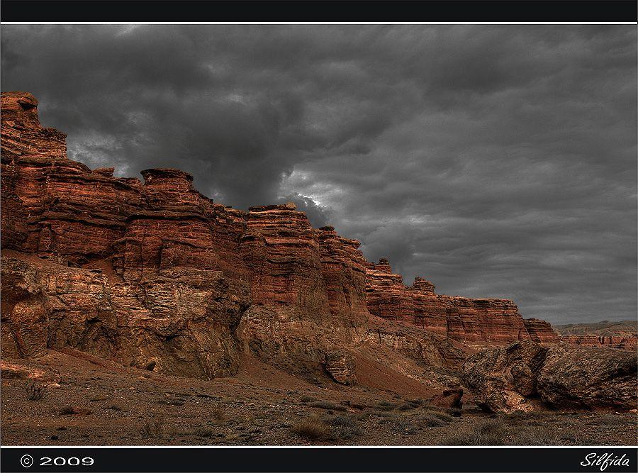 Очень часто при обрушении скал, находят останки древних животных. Исторический срез который мы видим попав в каньон составляет 30млн. лет, По этому ландшафту когда то гуляли динозавры, останки которых очень часто находят.