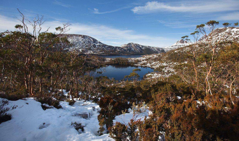 3. Большую часть острова занимают отдельные плато средней высотой около 600 м, рассеченные глубокими долинами рек. На севере плато поднимаются на высоту до 1500 м, в их рельефе выражены следы оледенения.