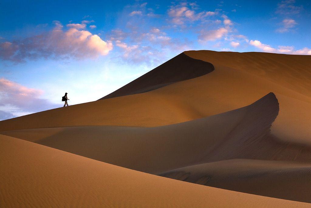 Пою́щий барха́н — гора из песка, имеет длину до 3 км и высоту 150 м. Бархан расположен в коридоре между гребнями Джунгарского Алатау — Большого и Малого Калканов. Бархан образовался в результате выдувания песков с отмелей реки Или. Во время ветра бархан издает звуки, похожие на гудение. Происходит это из-за трения песчинок.