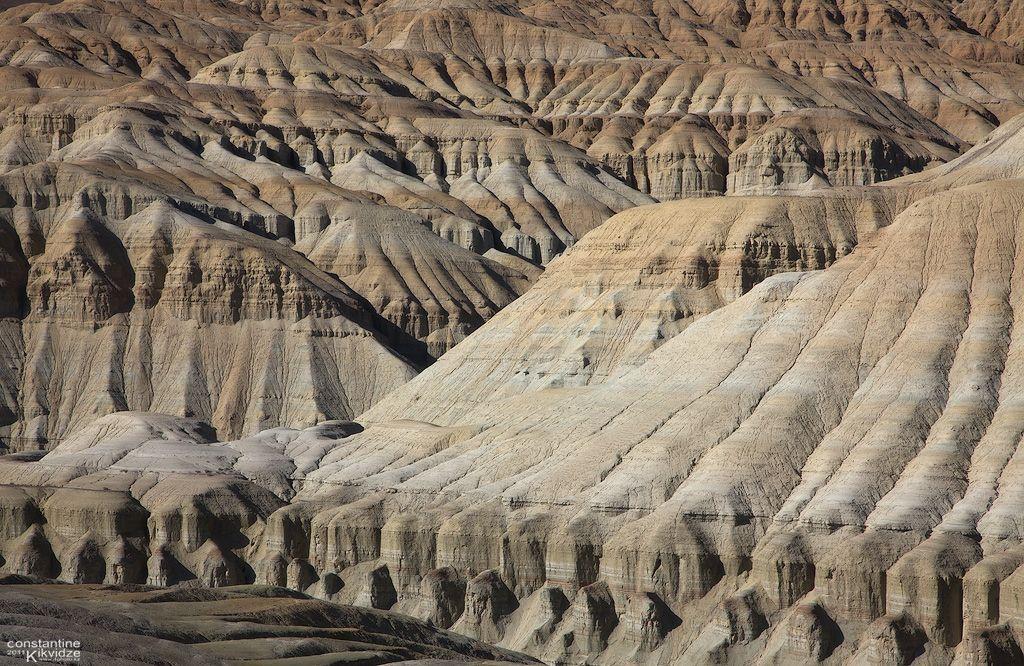 Меловые горы Актау, когда то здесь был древний океан. Вода отступила и мягкие грунтовые породы со временем выветрились и создали этот космический ландшафт
