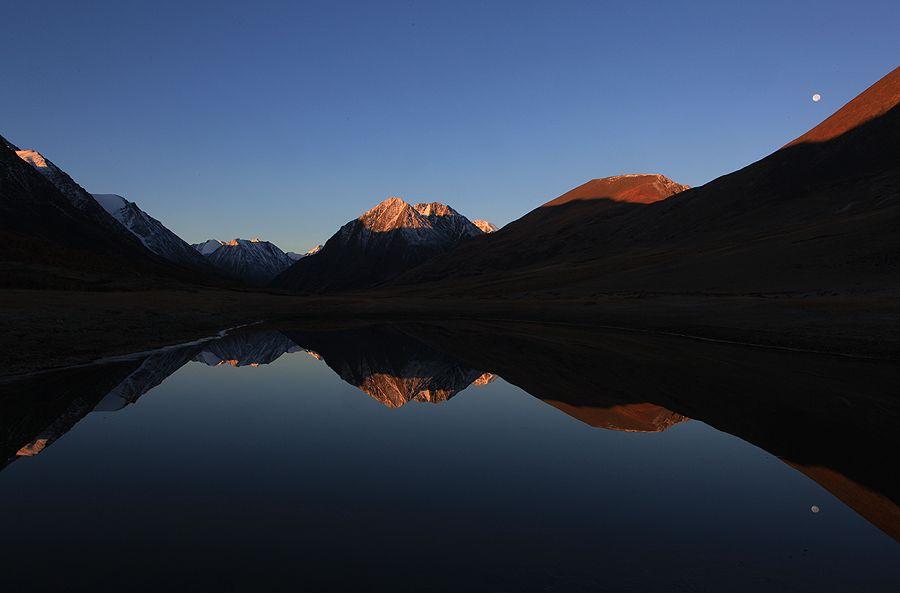 Озеро по дороге на Софийский ледник.  Рассвет был в 7-10. Верхушки гор осветились розовым светом, но по мере восхода он резко белеет, в связи с тем что точка съемки в котловине у берега маленького озерка.
