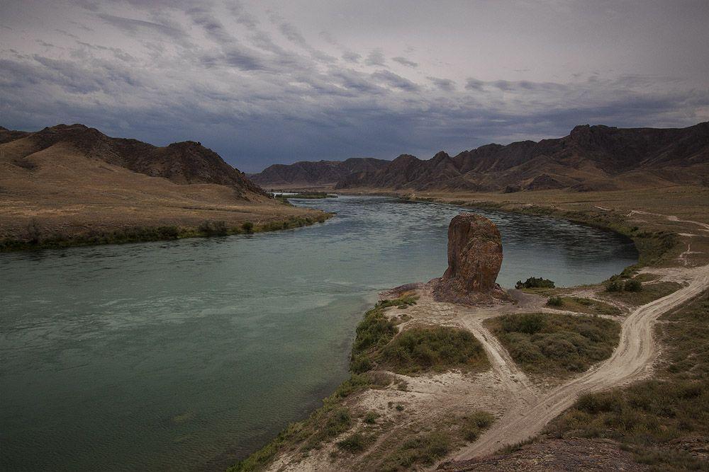 Чёртов палец, одинокая скала стоящая на берегу реки Или. Излюбленное место Алматинских рыбаков.