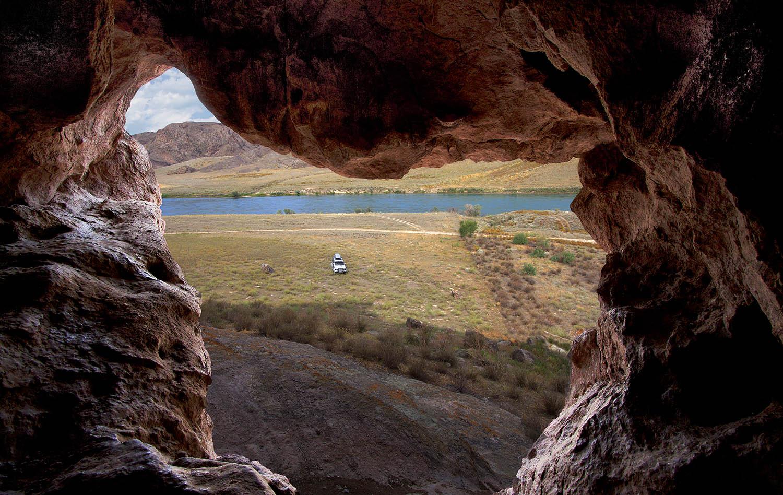 Абсолютно случайно нашла пещеру в скале, она довольно высоко от земли, но у меня получилось туда залезть.