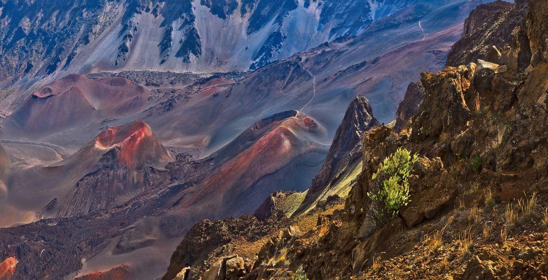 Халеакала (высшая отметка достигает 3055 м.) на острове Мауи - щитовой вулкан, до сих пор считается активным, но дремлющим. Извержение вулкана в 1790 году принадлежит к такой постэрозионной фазе «оживления», в которой находятся и некоторые вулканические структуры региона Гонолулу на острове Оаху, чей возраст составляет около 10 000 лет.