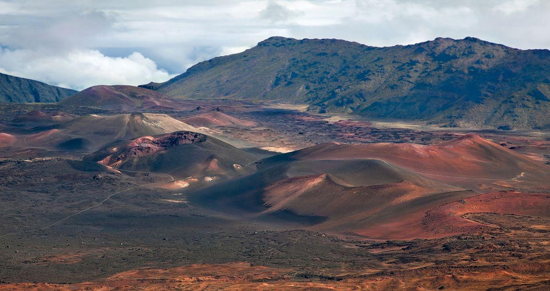 По неизвестным причинам некоторые старые гавайские щитовые вулканы внезапно оживают и выдают мелкие базальтовые извержения после того, как силы эрозии подвергали их выветриванию в течение более I млн лет.
