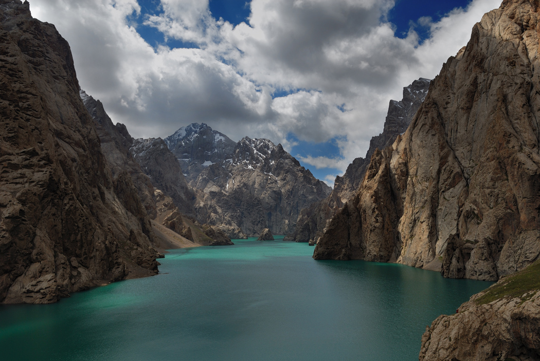 Видимо когда-то часть скалы обвалилась и сформировала платину, таким образом и образовалось это озеро.