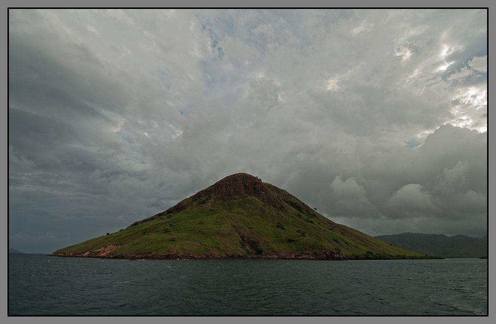 Все это снято в Индонезии , на острове Ринча. На котором обитает самая большая колония Комодских варанов.