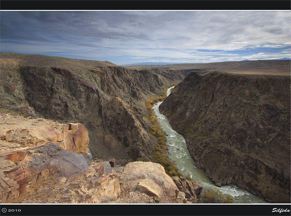 Полноводный Чарын. Каньон реки Чарын.