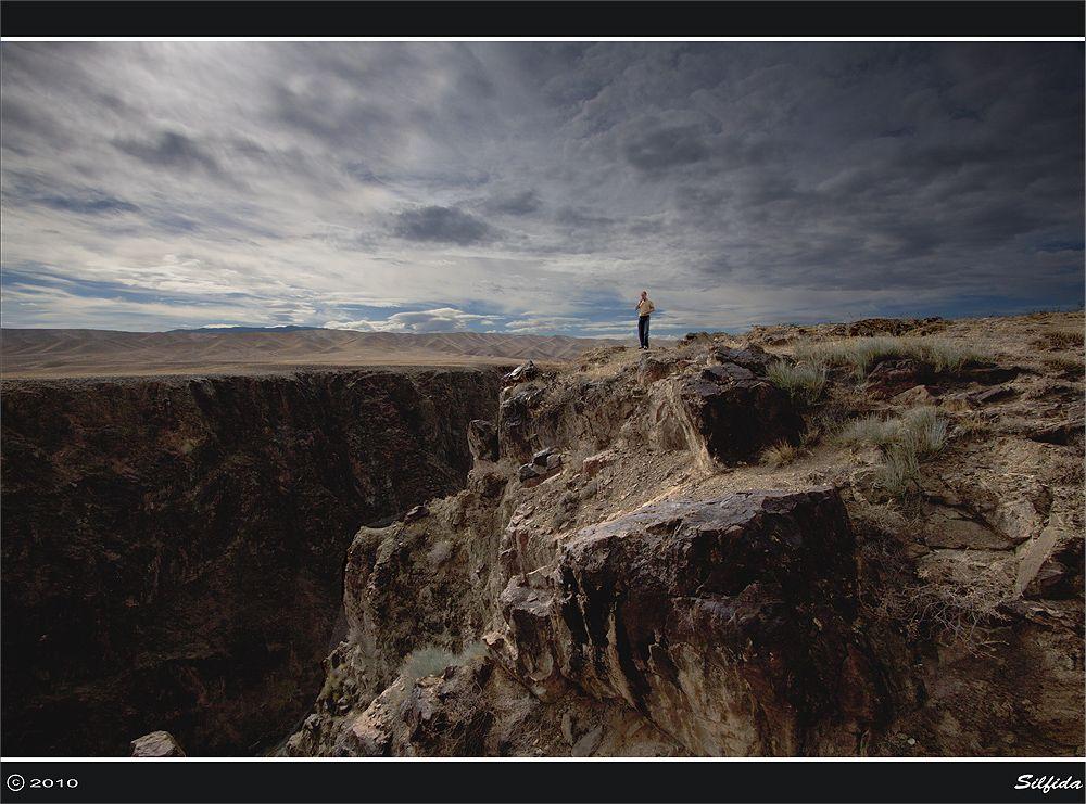 """Одинокая фигура. Наш постоянный """"соучастник"""" в поездках Игорь. Он не любит маячить перед камерой, но тут он просто не заметил, что стал частью пейзажа)"""