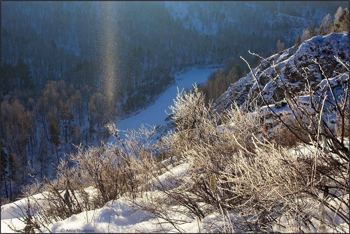 Снежинки сдуваемые со склонов в лучах солнца превращаются в  удивительный светящийся столб )