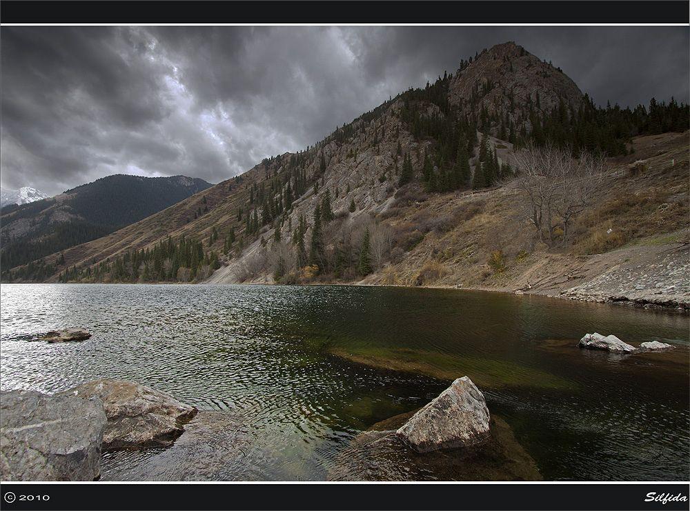 Вид на озеро с левого берега.