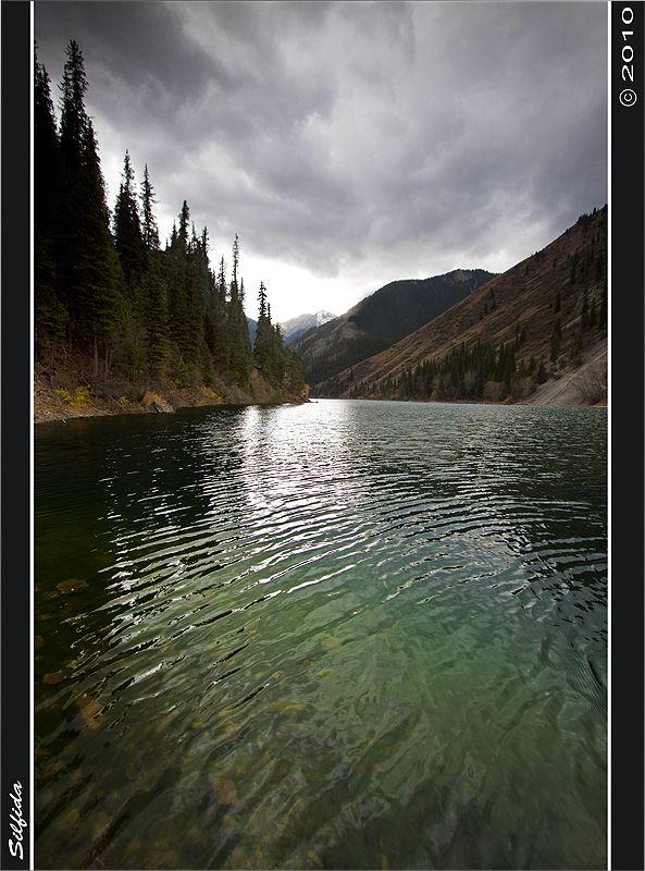 Вода озера изумрудно зелёного цвета и даже в пасмурную погоду озеро не меняет свой цвет.