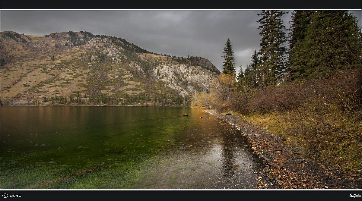 На берегу горного озера.