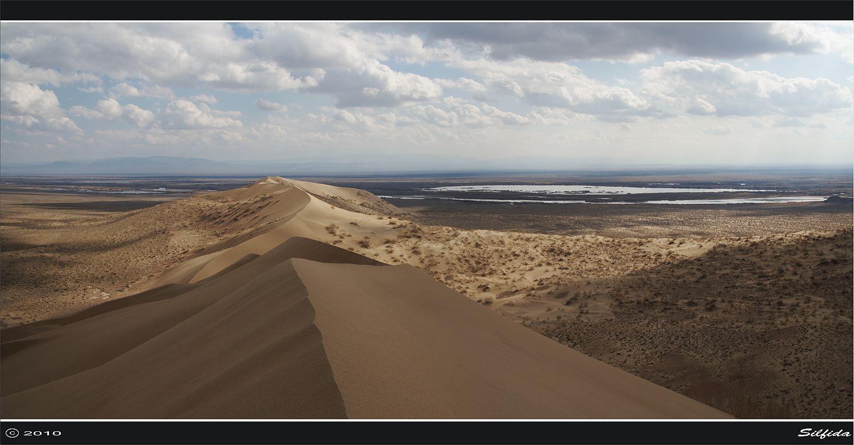 «Поющий бархан» - неповторимое чудо природы. Феномен природы на правом берегу реки Или знаменит тем, что в сухую погоду пески издают звук, похожий на мелодию органа.
