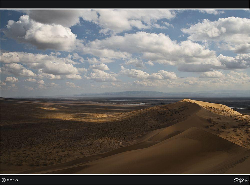 «Поющий бархан» производит незабываемое впечатление, его гул и дрожание вызывается едва заметным осыпанием песка по склонам. Трение, вызванное движением сухих песчинок, в сочетании с сухим воздухом электризует их, вызывая вибрацию, а благоприятные условия резонанса создают звуковые волны большой силы, которые отражаясь от плотной почвы и вызывают дрожание бархана.