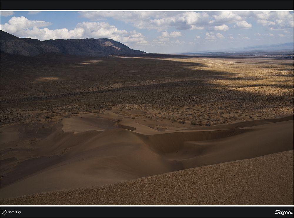 Это звук слышен за несколько километров. В сырую погоду бархан «не поет». Любопытно, что бархан не кочует по равнине, несмотря на зыбкость песка и сильные ветра, а остается на месте вот уже несколько тысячелетий.