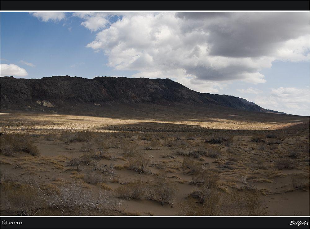 Бархан со всех сторон окружён горами, которые называются Большой и Малый Калкан.