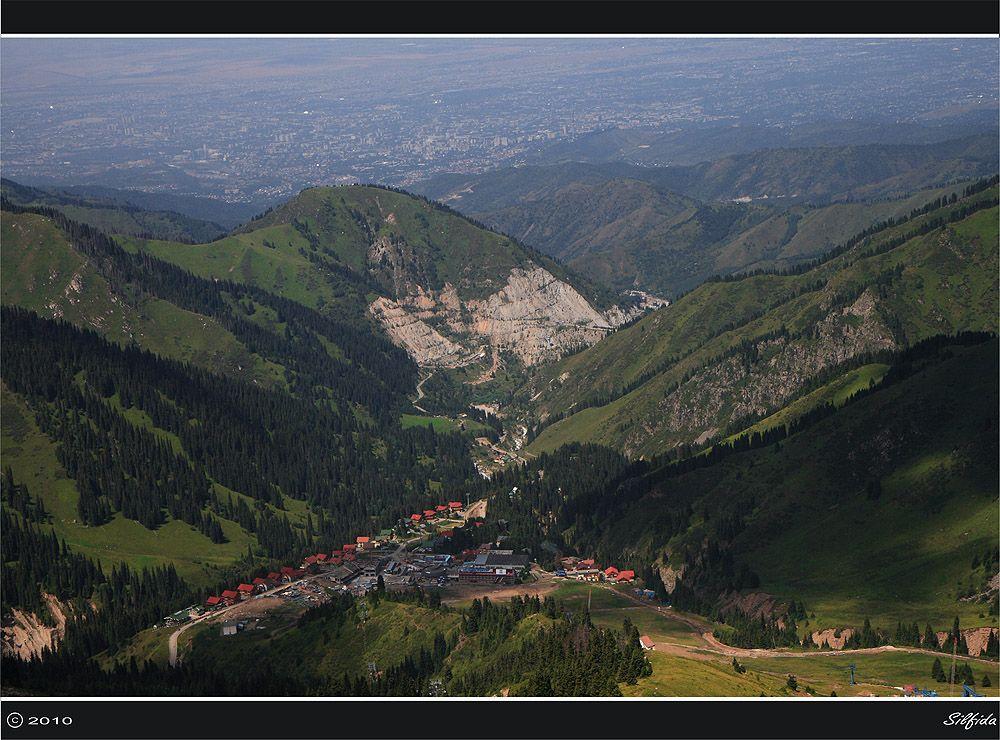 """Вид на горнолыжную базу """"Чимбулак"""" с одноимённого  перевала. (3500 метров над уровнем моря)"""
