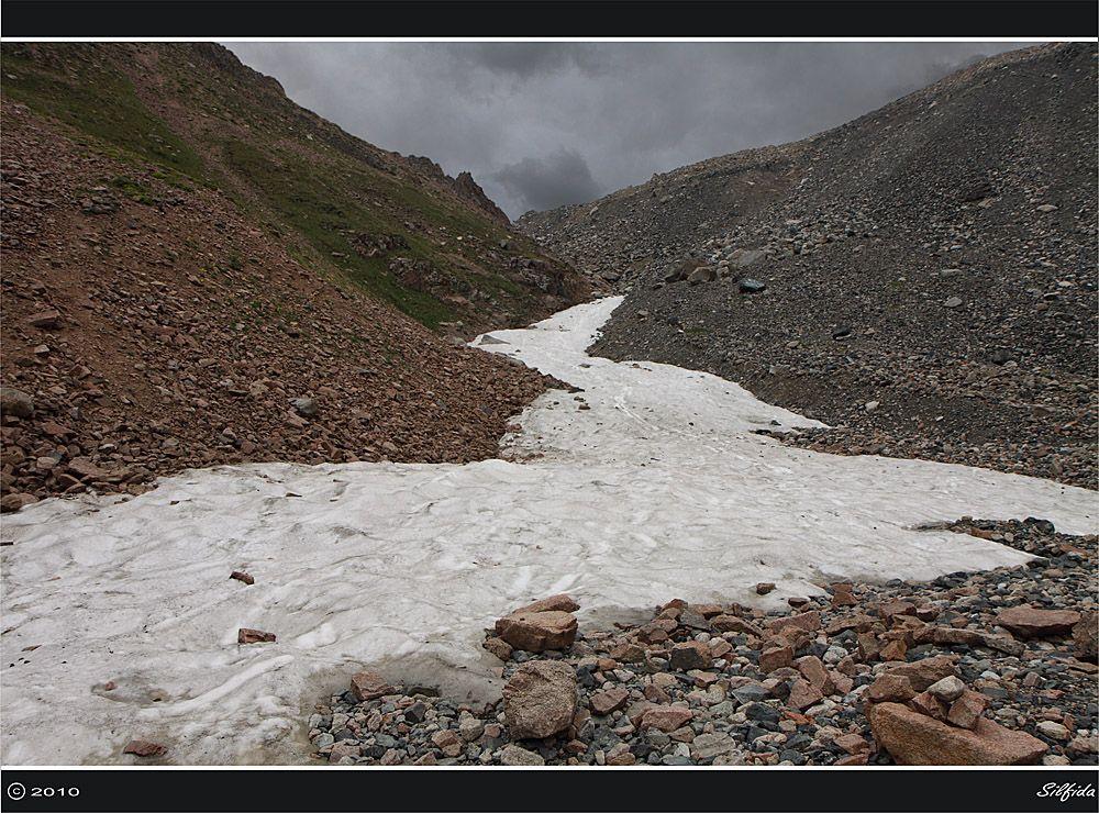 Середина лета, начинается зона вечных снегов.