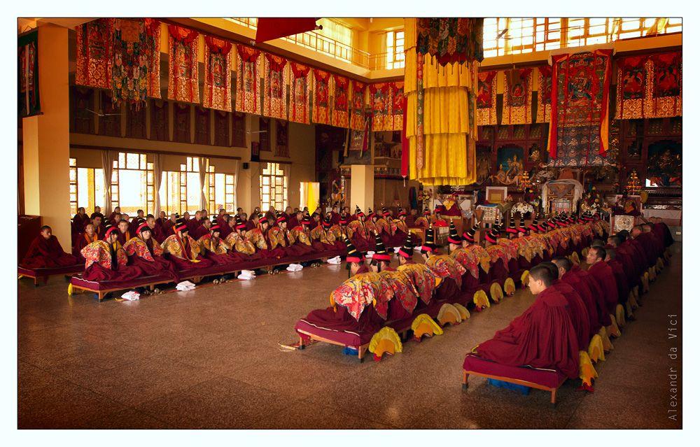 На тайной части церемонии молодые монахи не присутствуют. Возможно потому-что еще не имеют посвящения в высшие учения данной традиции. И не провели долгое затворничество по данной практике.