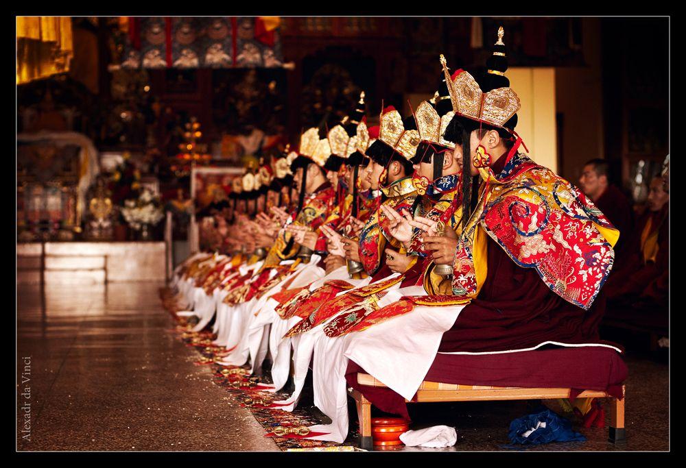 Это ритуальная одежда, одевается в специальных церемониях и только в определенный момент ритуала. Все имеет свой глубокий символизм и назначение. Каждый жест руками так же имеет свой глубинный смысл и является тайной.