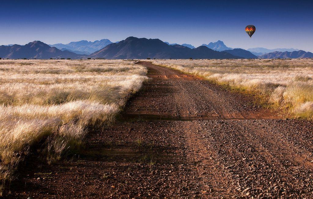 Северная треть пустыни — регион Каоковелд — состоит преимущественно из каменных пустырей и голых скальных плато и долин с редкими полями песчаных дюн и рассеянных по местности выветренных горных пород.
