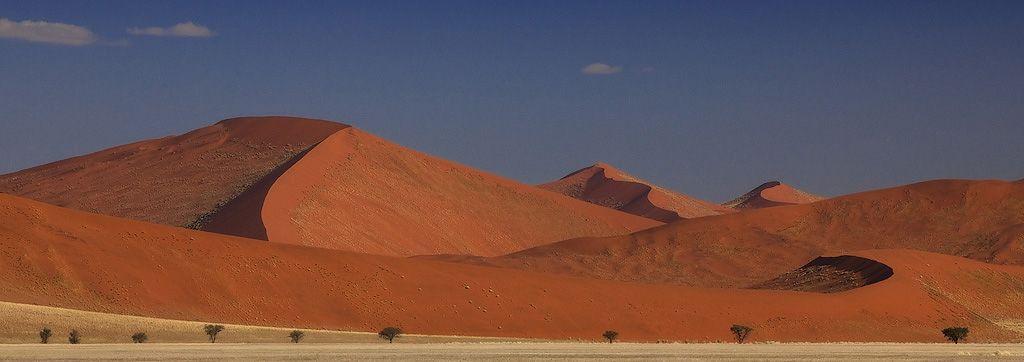 Гряда песчаных дюн тянутся параллельно побережью с северо-запада на юг-юго-восток; отдельные дюны имеют длину от 10 до 20 километров и от 60 до 240 метров высоты, среди них — так называемая Дюна 7 высотой 383 метра, которая считается высочайшей дюной в мире.