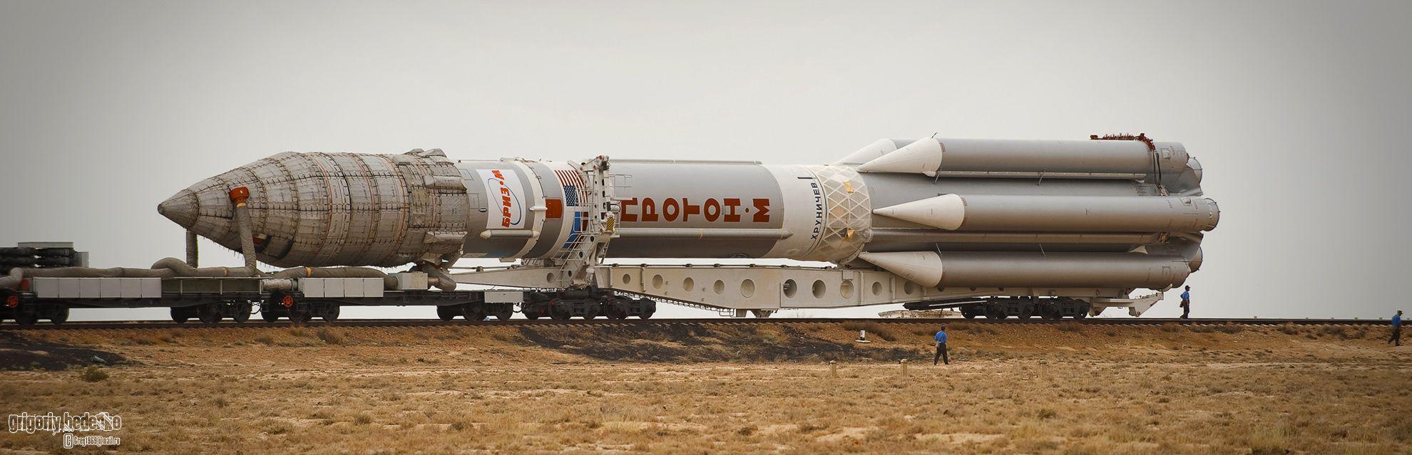 """Размеры и возможности этой ракеты на самом деле поражают воображение. Ее длина составляет 58,2 метра, масса в заправленном состоянии 705 тонн. На старте тяга 6-ти двигателей первой ступени ракетоносителя составляют около 1000 тонн. Это позволяет выводить на опорную околоземную орбиту объекты массой до 25-ти тонн, а на высокую геостационарную (30 тыс. км. от поверхности Земли )– до 5-ти тонн. Поэтому """"Протон-М"""" незаменим, когда речь идет о запуске телекоммуникационных спутников."""