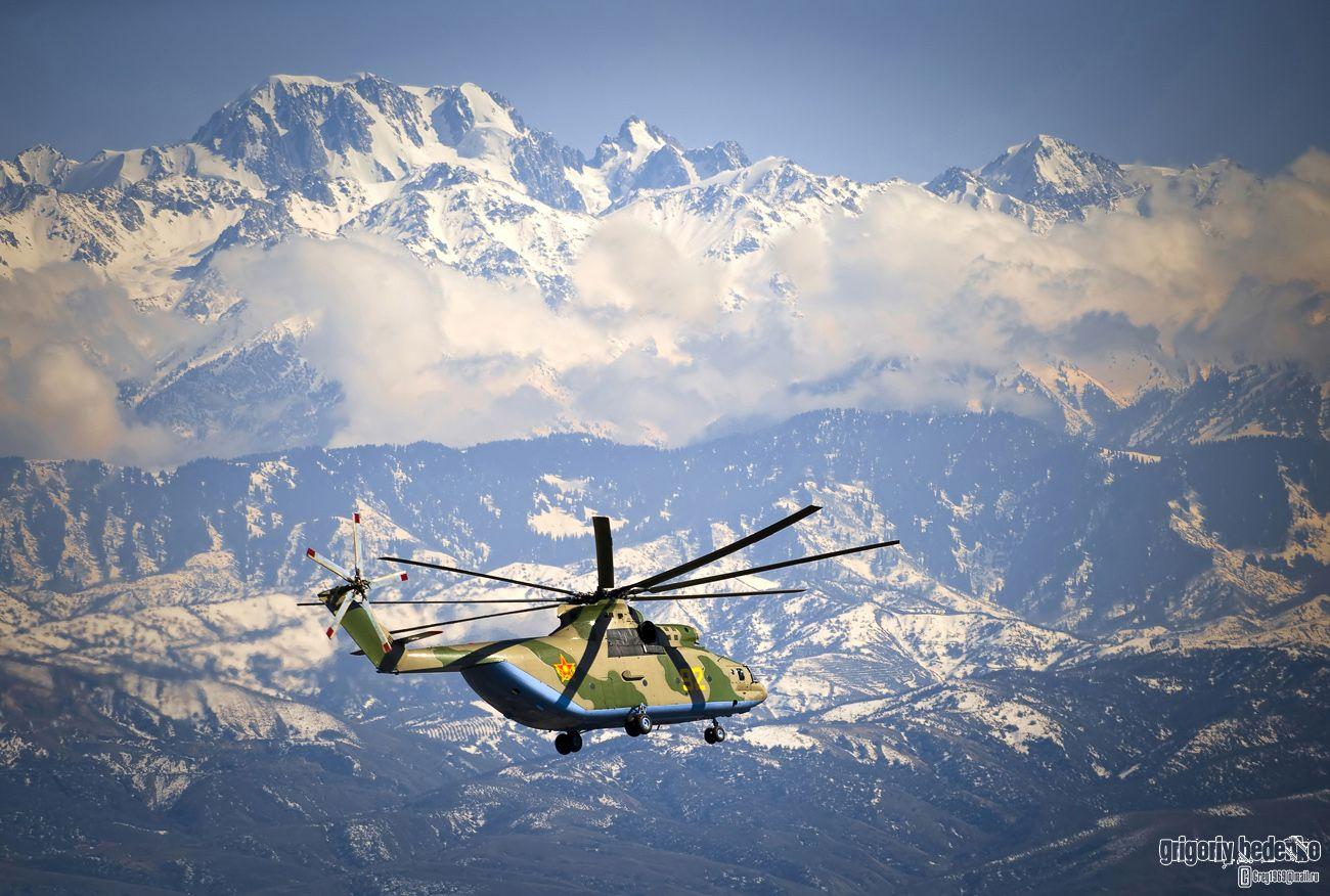 """На днях мои друзья-военные летчики пригласили полетать на """"Ми-26"""". Он поступил на вооружение Сил воздушной обороны РК совсем недавно, после ремонта и модернизации на авиазаводе в Новосибирске. Чтобы снимки были эффектнее, командир авиабазы поднял в воздух второй вертолет Bell UH-2. Нам повезло. """"Ми-26"""" прошел на фоне гор Заилийскогог Алатау, окружающих Алма-Ату. Вершина слева - Талгарский пик, одна из самых высоких гор Северного Tянь-Шаня (4973 над уровнем моря)."""