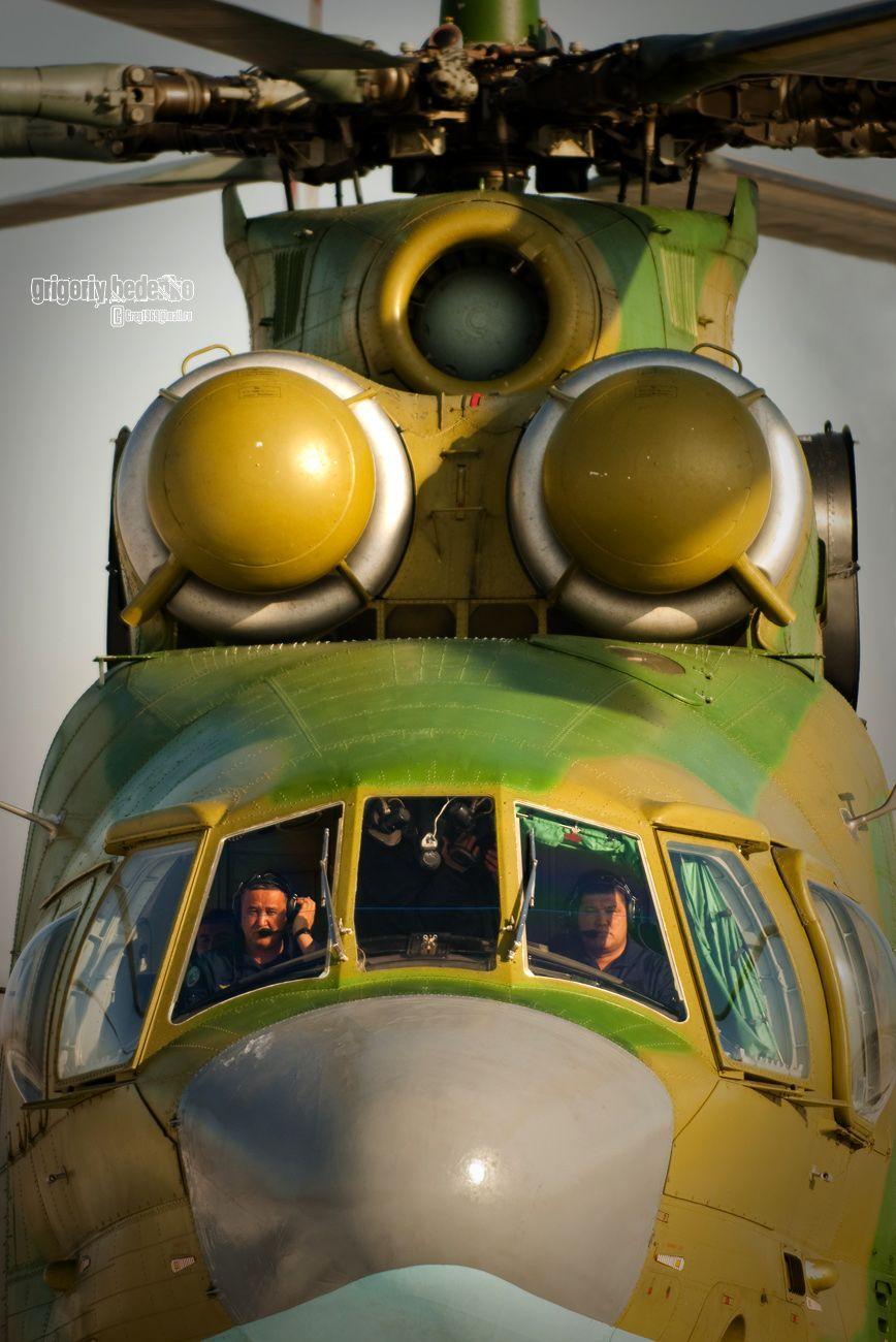 """Изделие """"90"""" - советский, а затем и российский многоцелевой транспортный вертолет, разработанный ОКБ Михаила Миля. По классификации НАТО: HALO или """"Ореол"""" - получил такое название за свои огромные размеры. Грузоподъемность этого гиганта около 20-ти тонн полезной нагрузки, причем в книгу рекордов Гиннеса """"Ми-26"""" вошел именно за то, что поднял этот груз на почти недостижимую для вертолетов высоту – 6 тысяч метров."""
