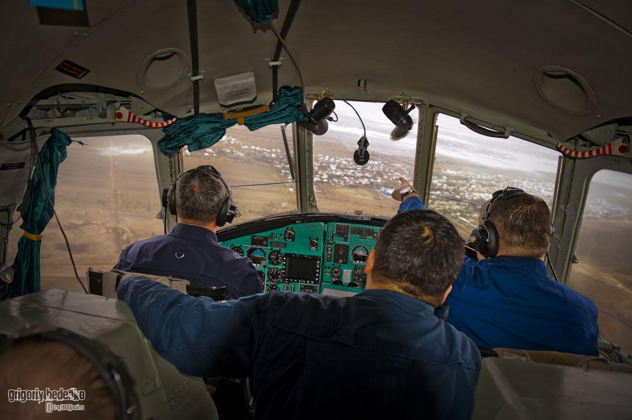 """В кабине """"Ми-26"""". Командир экипажа готовится персонально, с инструктором. Первая стадия подготовки – простой пилотаж и посадка на площадку ограниченных размеров. Затем начнутся полеты в сложных метеоусловиях."""