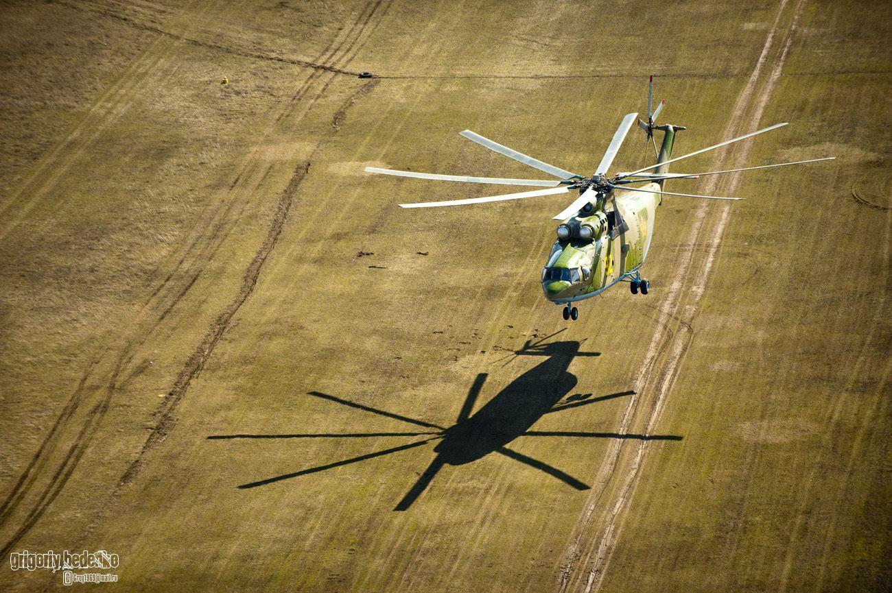 """Мы попросили экипаж """"Ми-26"""" зависнуть на 10-метровой высоте. Тем временем командир авиабазы сделал на UH-2 несколько кругов над гигантом. Получился очень эффектный снимок с контрастной тенью на земле."""