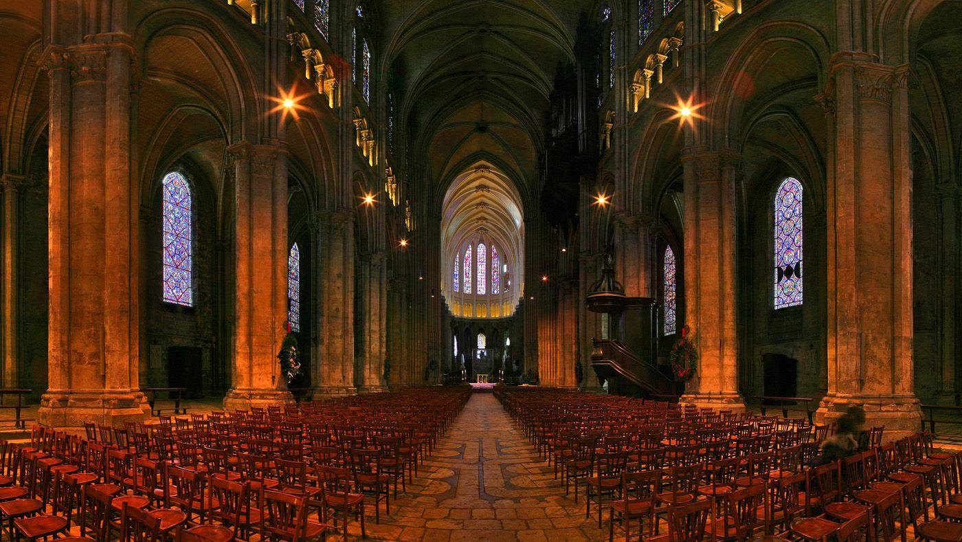 Церковь аббатства построена в первые десятилетия тысячного года на вершине утеса, на высоте 80 метров. Одна ее часть опирается на скалу, а другую поддерживают монастырские сооружения, расположенные ниже. Неф церкви построен в 11 веке в романском стиле, а его восточная алтарная часть была перестроена после пожара в 14 веке в стиле пламенеющей готики