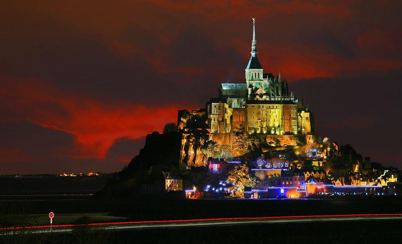 Мон-Сен-Мишель виден издалека. Будучи и так труднодоступным из-за своего островного положения, аббатство в 13 веке было дополнительно обнесено мощными оборонительными стенами. Во время Столетней войны (1337-1453 годы) англичане трижды пытались захватить аббатство, но все попытки оказались неудачными. Долгие годы Мон Сен-Мишель оставался единственным клочком французской земли во всей северной и западной Франции, оккупированной англичанами.  Днем и ночью одинокий силуэт сказочного города напоминает о славном прошлом Бретани