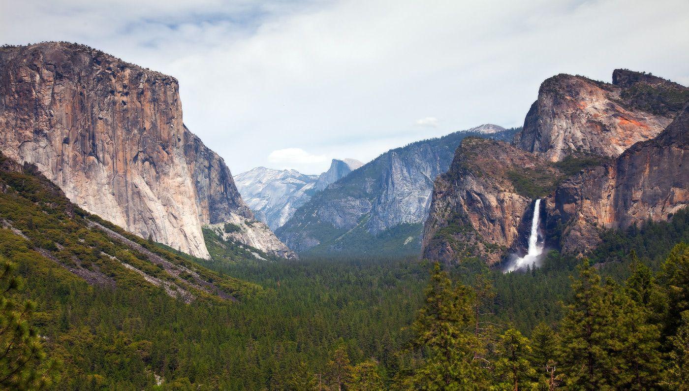 1.Национальный парк Йосемити расположен в центральной части хребта Сьерра-Невада в американском штате Калифорния. Пожалуй, фотография, подобная этой, может быть визитной карточкой парка.