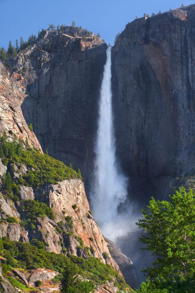 3. Йосемитский водопад высотой 739 м является самым высоким водопадом в Северной Америке и третьим по высоте водопадом в мире. Гораздо меньший по объёму спускаемой воды водопад Риббон, тем не менее, является водопадом с самой высокой точкой беспрепятственного падения воды — 492 м