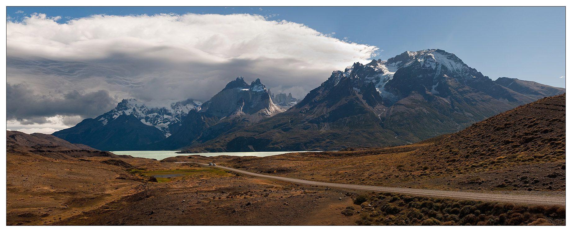 Национальный парк Торрес-дель-Пайне расположен на юге Чили, в Патагонии. Административно относится к региону Магальянес и Чилийская Антарктика и лежит в 140 километрах севернее города Пуэрто-Наталес и в 312 километрах севернее Пунта-Аренас. На севере Торрес-дель-Пайне граничит с Аргентиной, на его западе лежит глетчер Грей с озером Лаго-Грей, на юге — озеро Лаго-дель-Торо, на востоке — озеро Сармиенто-де-Гамбоа.Площадь национального парка равна 2420 км². На его территории имеются многочисленные горы (высотой до 3000 м), глетчеры, фьорды и озёра. Торрес-дель-Пайне являются символом национального парка. Это три иглоподобные гранитные горы высотой от 2600 до 2850 метров, расположенные в центре национального парка. Южнее этих гор находится озеро Норденшельда, названное так в честь шведского исследователя Эрика Адольфа Норденшельда. Наивысшей точкой парка является гора Пайне-Гранде высотой в 3050 м.