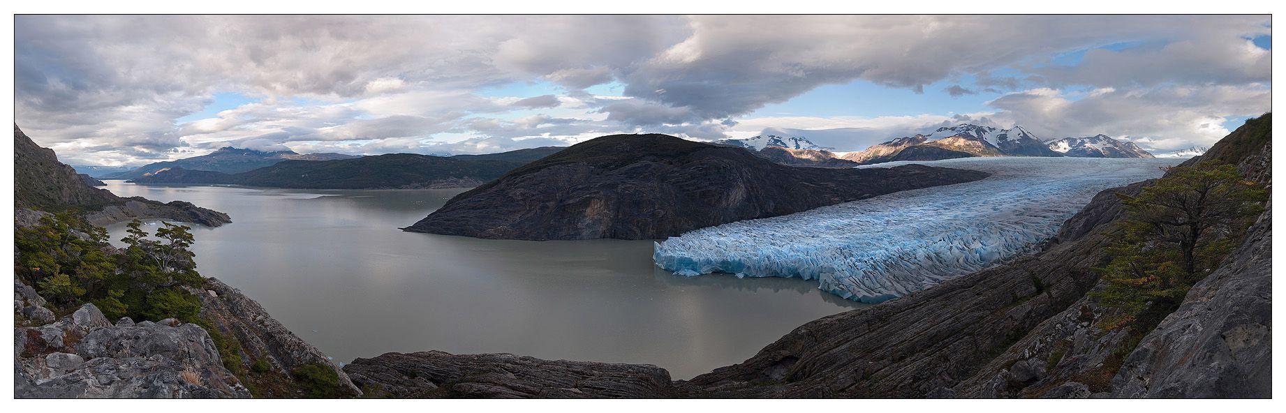 Со стороны Анд к Los Cuernos примыкает ледник Grey, который является частью Южного Патагонского ледового поля, третьего по величине на Земле, после Антарктики и Гренландии. Длина ледника Grey примерно 28 км. и площадь 270 кв.км.