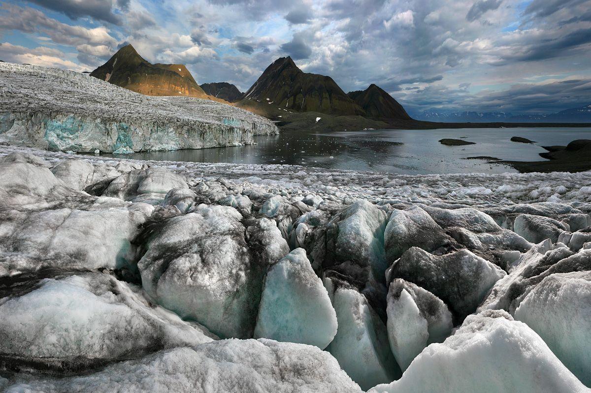 1. Siku. Как известно, в эскимосском языке существует около 100 слов для обозначения льда.  Вызвано это отнюдь не обостренным поэтическим чувством эскимосов, вынуждающим их нанизывать на нить повествования бесконечные метафоры и разнообразные словоформы, а тем простым фактом, что лед действительно разный, лед – живой.