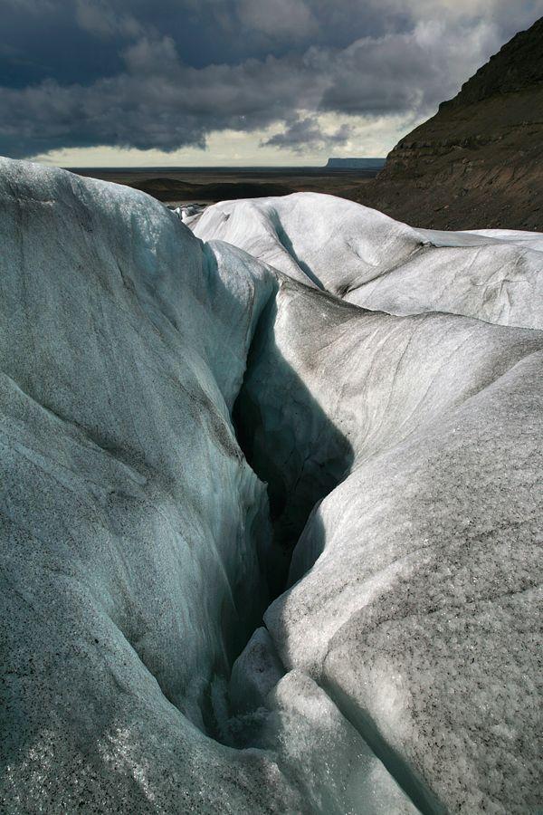 2. Igjijiuq. Что такое ледник? Грубо говоря, ледник – это очень-очень много льда, получившегося из снега, который падал (и не таял) на одно и то же место много-много лет подряд. Весьма вольные «очень-очень» и «много-много» довольно точно описывают сущность ледника, ведь толщина его может достигать километра (как, например, у ледника Ватнайокудль в Исландии – самого большого в мире после Арктической ледяной шапки), а возраст даже поверхностного слоя – нескольких тысяч лет.