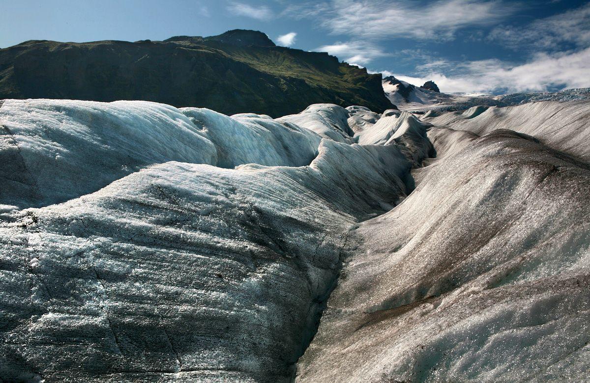 3. Kakvaq. Когда имевшие счастье побывать НА леднике люди, говорят, что ледник живой, они не так уж далеки от истины. Мало того, что ледники под действием силы всемирного тяготения находятся в постоянном движении (скорость этого движения может достигать  4 метров в сутки), суровые погодные условия ежемесячно меняют облик ледника до неузнаваемости.  Облазив отдельно взятый ледник вдоль и поперек, изучив его как свои пять пальцев, спустя несколько месяцев вы можете не узнать это, казалось бы, столь хорошо знакомое место