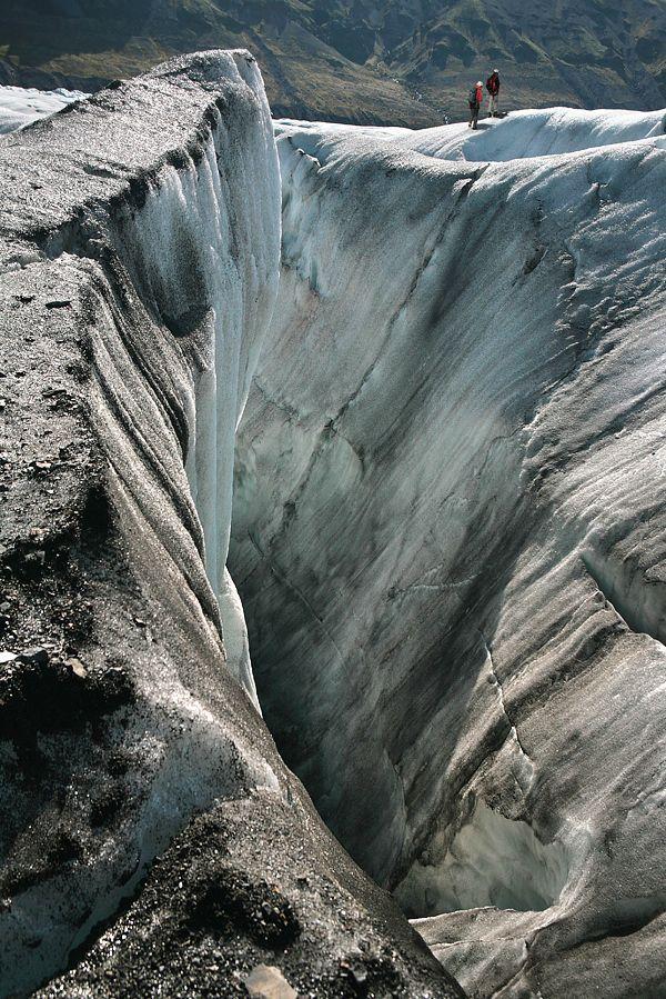 4. Sikursuit. В определённых условиях (низкая температура, низкая влажность воздуха, высокая солнечная радиация) на поверхности ледников могут образовываться так называемые «кающиеся льды» -  образования, иногда достигающие длины нескольких метров, которые наклонены в направлении на полуденное солнце и напоминают коленопреклонённые фигуры молящихся