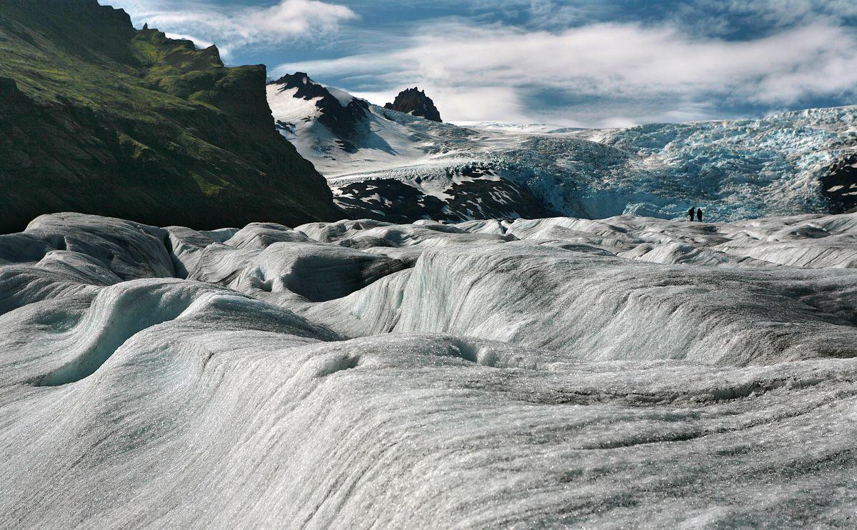 5. Piqalu'jang. Хождение по леднику – это тот непременный must, который хоть раз в жизни должен испытать каждый любитель адреналиновых прогулок на свежем воздухе. Нет на свете рельефа более непредсказуемого, разнообразного и прекрасного, чем поверхность предгорного ледника, но вместе с тем нет рельефа и опаснее – за исключением, быть может, поверхности не успевшей еще остыть лавы, но я по ней не ходил, так что наверняка не знаю
