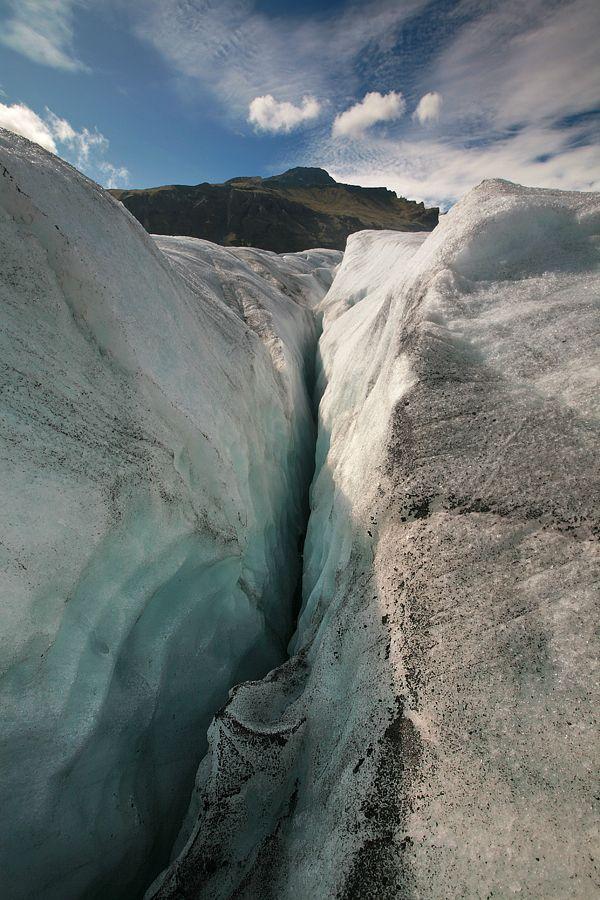 8. Si'rming. Как бы глупо ни выглядели меры предосторожности при всей очевидности видимого отсутствия трещин, жестко и тупо следуйте правилу: идти следует в связках. Никогда не поддавайтесь провокациям альпинистов, которые зачастую прокладывают «безопасные тропы» для одиночного хождения по ледникам - даже на самом ровном, казалось бы, безобидном леднике можно угодить в трещину, глубина которой может достигать и 100, и 200 метров. Ситуация усугубляется также тем, что трещины зачастую могут быть перекрыты «снежными мостами» или просто припорошены свежим снегом, так что идентифицировать их попросту невозможно.
