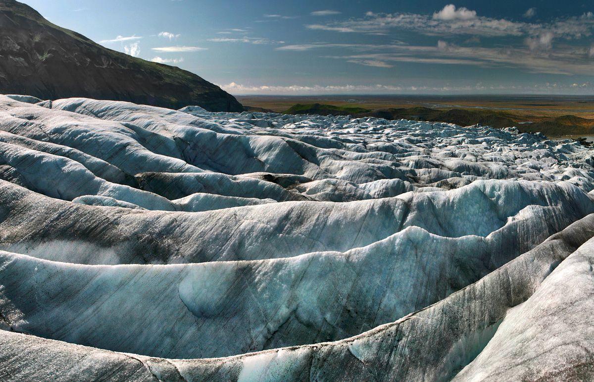 9. Ivu'dnirn. Еще одной опасностью, подстерегающей вас на леднике, является банальнейшая возможность заблудиться. Как уже было сказано, ледник вдоль и поперек изрезан глубокими (и широкими) трещинами, перебраться через которые без помощи прихваченной с собой лестницы (кстати, некоторые, как ни смешно это звучит, действительно прихватывают) не представляется возможным. И компас вам тут не поможет, потому что на леднике (в отличие от леса) прямых дорог нет  - цель, казалось бы, вот она – в паре метров – но чтобы ее достичь, придется отшагать километр в одном направлении, а потом тот же километр в обратном…