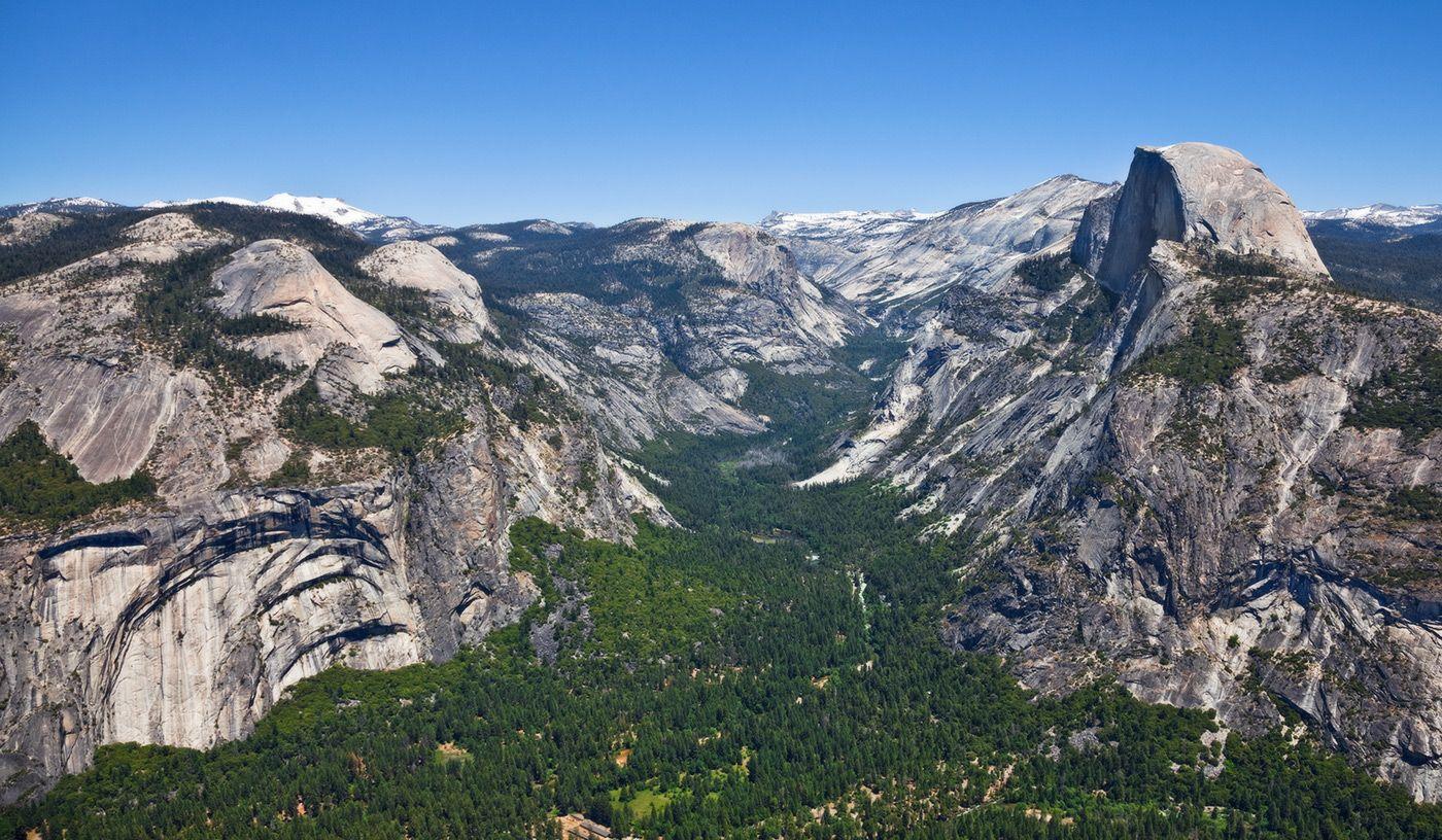 """6. Долины Йосемити - наиболее посещаемый участок парка. Здесь находится один из самых популярных объектов среди скалолазов - гранитная скала Эль-Капитан (2307 м над уровнем моря). На ее восточном склоне в феврале на закате можно видеть """"огненный"""" водопад """"Лошадиный хвост""""."""