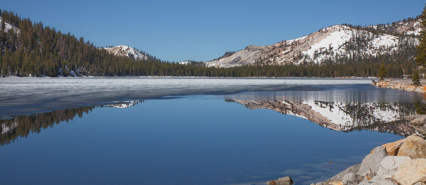 7. В Йосемити проложено около 1300 км маршрутов. В верхней части парка организуются туристические маршруты по горным хребтам, состоящим из красного метаморфического камня и через гранитные вершины гор Коннес.