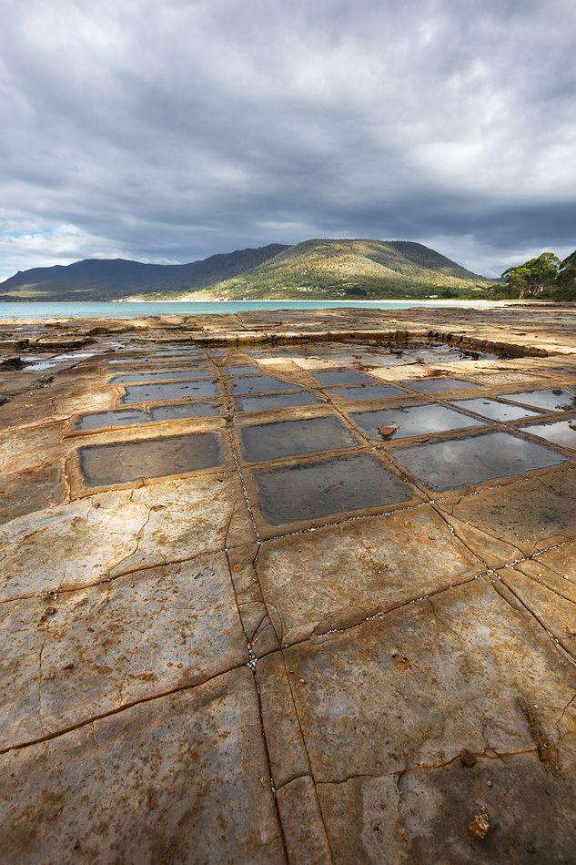 6.Во время приливов и отливов трещины отполировывались водой и морским песком